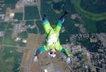 VIDEO: Salta Desde 7 Mil 600 Metros Sin Paracaídas Y Sobrevive