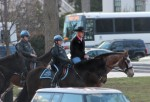 El nuevo secretario de Interior de EE UU, Ryan Zinke, sorprendió este jueves a los funcionarios al llegar al trabajo en un medio de transporte poco habitual: a caballo por las calles de Washington