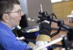 El momento en que un hombre paralizado logró comer y beber sin ayuda gracias a implantes en su cerebro