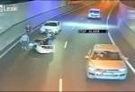 Youtube: Un motorista logra milagrosamente salvarse de un accidente tras «atrapar» un colchón volador con su moto